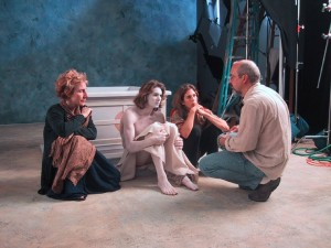 "Bill Viola con los actores del vídeo ""Emergence"""