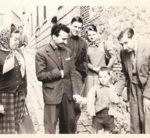 Emilia Palomo de Valente, Julio López Cid, José Ángel Valente, Sally Crane, esposa de Aquilino Duque, el hijo de Valente y Emilia, Antonio, y José Bergamín fotografiados en Toledo en 1962.