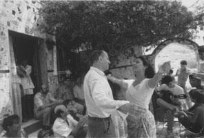"""Juan Goytisolo, bailando en La Chanca (imagen inédita tomada por la fotógrafa suiza Jeanne Chevalier). En esta """"fiesta"""" gitana estaba también presente el poeta José Ángel Valente."""