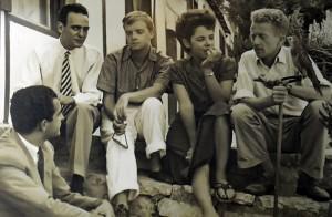 De izquierda a derecha: Emilio Sanz de Soto, Pepe Carleton, Truman Capote y Jane y Paul Bowles. Tanger 1949.